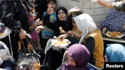 Жители Мосула, которым удалось покинуть город, спасаясь от боев, 30 июня 2017 года.