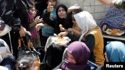 Жители Мосула, которым удалось покинуть город, спасаясь от боев. 30 июня 2017.