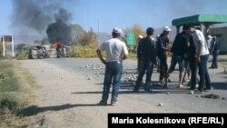 Үкіметке наразы жұрттың көлікті өртеп, жолды жапқан сәті. Қырғызстан, Ыстықкөл облысы, 8 қазан 2013 жыл.