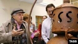 Тонино Гуэрра на своей выставке «Лантерны Толстого» в Музее личных коллекций