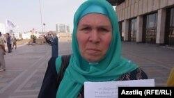 Фаузия Байрамова держит в руках повестку для явки в прокуратуру из-за участия в митинге. Казань, 28 августа 2012 года.