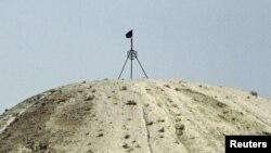 Прапор угруповання «Ісламська держава» на пагорбі в містечку Тель-Аб'яд на сирійсько-турецькому кордоні, вересень 2014 року (архівне фото)