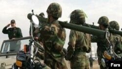 واشينگتن معتقد است سپاه قدس، وابسته به سپاه پاسداران انقلاب اسلامی در تهيه سلاح برای شبه نظاميان شيعه عراق و طالبان در افغانستان دست دارد.