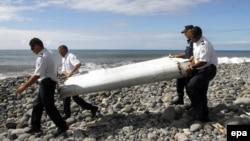 Фрагмент самолёта, найденный на берегу Индийского океана 29 июля 2015 года.