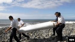 """Найденный на Реюньоне обломок крыла """"Боинга"""", пропавшего в марте 2014 года (29 июля 2015 года)"""