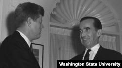 Американський журналіст Едвард Марроу, про якого розповідає стрічка «Добраніч, та нехай щастить». Зліва президент США Джон. Ф. Кеннеді