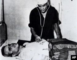 Джон Маккейн в госпитале в Ханое после того, как его самолет осенью 1967 года был сбит, а сам он попал в плен
