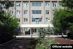 Казахстанский и российский флаги у входа в здание администрации города Байконур.