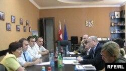 ლტოლვილთა და განსახლების მინისტრი კობა სუბელიანი (მარცხნიდან მეორე) მაღალ შეფასებას აძლევს ახალ პროექტს