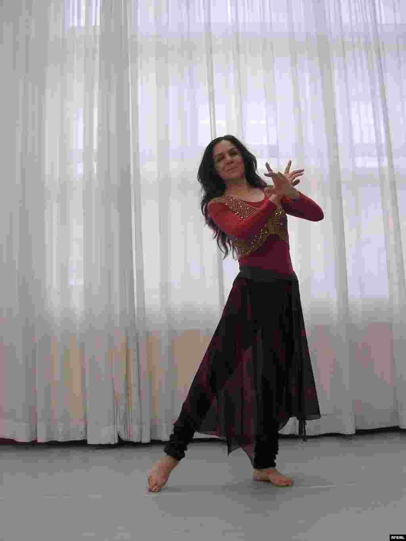 بنفشه صیاد دریکی از حالت های شاخص رقص ایرانی