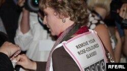 Редактор газеты «Голос Республики» Татьяна Трубачева участвует в мирной акции во время проведения Евразийского медиа-форума. Алматы, 27 апреля 2010 года.