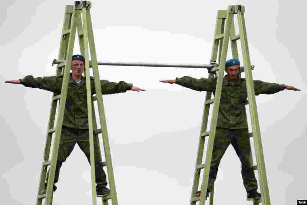 В день открытия конкурса состоялось десантирование военных из вертолетов Ми-8 с высоты 600 метров. На фото — российские военнослужащие на открытии игр 1 августа.