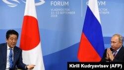Жапония премьер-министрі Синдзо Абэ (сол жақта) мен Ресей президенті Владимир Путин. Владивосток, 10 қыркүйек 2018 жыл.
