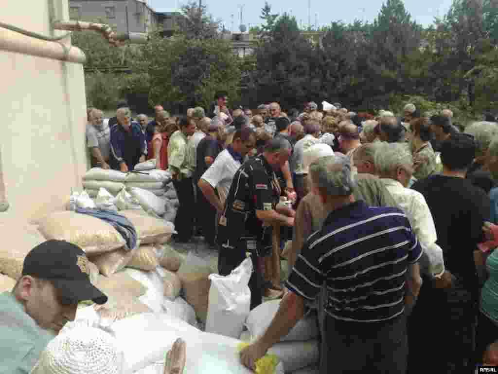 Раздача гуманитарной помощи в Гори, 12 августа 2008 года.