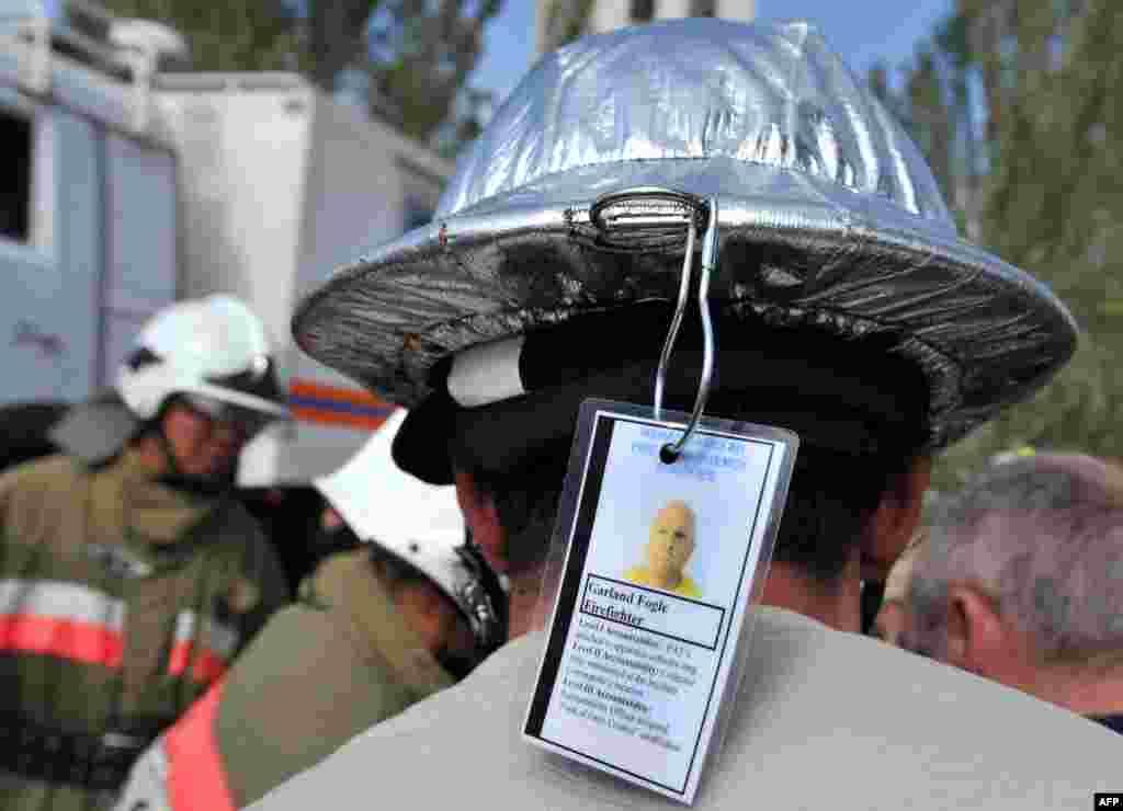 Тренування американських та киргизьких пожежників на авіабазі Манас під Бішкеком, 22 вересня. Манас є ключовим центром базування літаків-заправників та транспортної авіації ВПС США поблизу Афганістану.br />Photo by Vyacheslav Oseledko for AFP