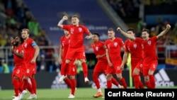 Футболисты сборной Англии празднуют победу над Колумбией.