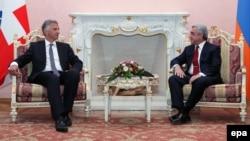 Встреча президента Армении Сержа Саргсяна (справа) с действующим председателем ОБСЕ, президентом Швейцарии Дидье Буркхальтером, Ереван, 4 июня 2014 г.