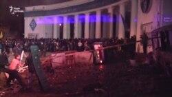 «На Грушевського демонстранти зводять барикаду» – відео подій п'ять років тому
