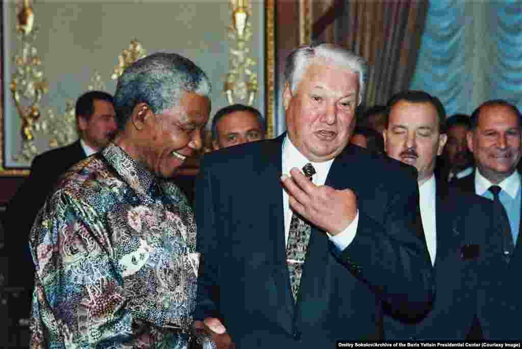Elțîn cu președintele sud-african Nelson Mandela la New York în timpul sărbătorilor care au marcat a 50-a aniversare a Organizației Națiunilor Unite, octombrie 1995. Elțin și-a pierdut două degete de la mâna stângă pe când era copil, la 11 ani, după ce a furat două grenade de mână dintr-un depozit și a încercat să deschidă una cu un ciocan.