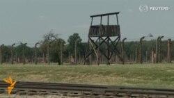 Освенцим маҳбусларининг шахсий аëшлари концлагер музейига қўйилди