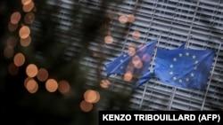 Flamuj të BE-së të vendosur pranë ndërtesës së Komisionit Evropian në Bruksel. Fotografi nga arkivi.
