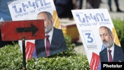 Armenia - Campaign posters of Prime Minister Nikol Pashinian's Civil Contract party are displayed during a pre-election rally in Echmiadzin, June 7, 2021.