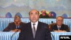 Аскар Акаев открывает заседание парламента в марте 2005 года, до «революции тюльпанов» остается несколько дней