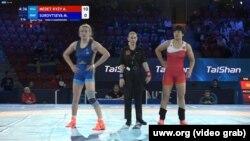 Айпери Медет кызы и Марина Суровцева в четвертьфинале чемпионата. 5 октября 2021 года.