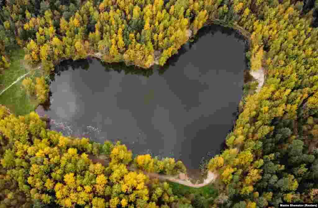 Un lac în formă de inimă este fotografiat dintr-o dronă lângă Balashikha, în regiunea Moscovei.