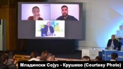 Дел од атмосферата за време на дискусиите