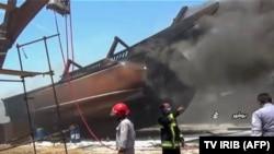 """Пожарникари се борат со пожар во фабриката за бродови """"Делвар Кашти"""" во иранскиот град Бушехр на 15 јули. Од крајот на јуни во земјата имаше неколку експлозии и пожари околу ирански воени, нуклеарни и индустриски објекти."""