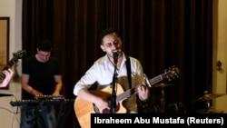 A palesztin könyvelő, Raji El-Jaru az első gázai rockbanda próbáján Gáza városában, 2021. augusztus 1-jén