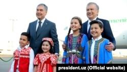 Özbegistanyň prezidenti Şawkat Mirziýoýew (sagda) türkmen kärdeşi Gurbanguly Berdimuhamedowy Daşkendiň aeroportynda garşy alýar. 4-nji oktýabr, 2021 ý.