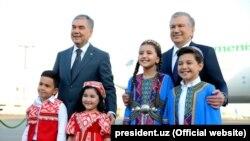 Turkmen President Gurbanguly Berdymukhammedov (left) and Uzbek President Shavkat Mirziyoev at Tashkent airport on October 5.
