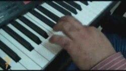 بيانو ويدٌ واحدة