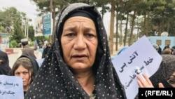 خانم گذر یکی از شرکت کنندگان همایش خانودههای قربانیان جنگ در ولایت هرات