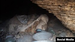 """Başlıbeldə adamların gizləndiyi mağara, foto həmin kənddən olan jurnalist və bu hadisələrə həsr olunan """"Qanlı Kaha"""" kitabının müəllifi Elxan Salahovundur"""