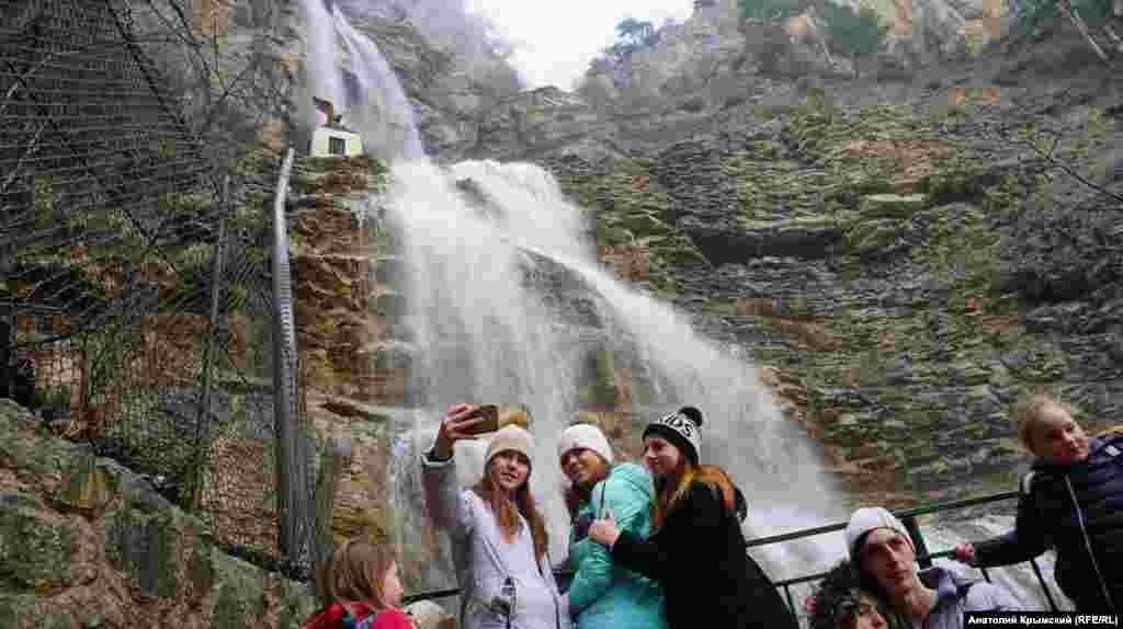 Оглядовий майданчик біля водоспаду Учан-Су