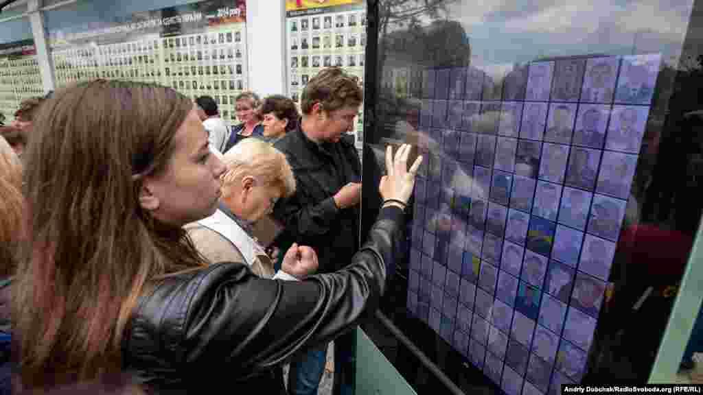 Біля Стіни пам'яті Михайлівського собору відкрили інтерактивну електронну дошку, на якій можна прочитати про загиблих воїнів