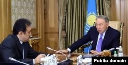 Қазақстан президенті Нұрсұлтан Назарбаев премьер-министр Кәрім Мәсімовті қабылдап отыр. Астана, Ақорда, 19 қазан 2015 жыл. Сурет Қазақстан президенті ресми сайтынан алынды.