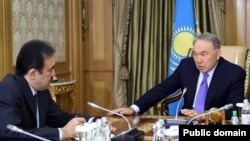 Президент Казахстана Нурсултан Назарбаев (справа) и председатель комитета национальной безопасности (КНБ) Казахстана Карим Масимов на фотографии, размещенной на сайте Акорды 19 октября 2015 года.