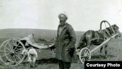 Казахский бедняк везет овцу в качестве взятки начальству. Конец XIX века - начало XX века. Фото из книги «Большой атлас истории и культуры Казахстана».