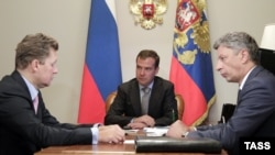 Russian President Dmitry Medvedev is flanked by Gazprom CEO Aleksei Miller (left) and Ukrainian Energy Minister Yuriy Boiko during a meeting in August.