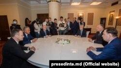 Liderul PD, Vladimir Plahotniuc (al doilea din stânga), faţă în faţă cu preşedintele Igor Dodon, zis şi lider informal al PSRM