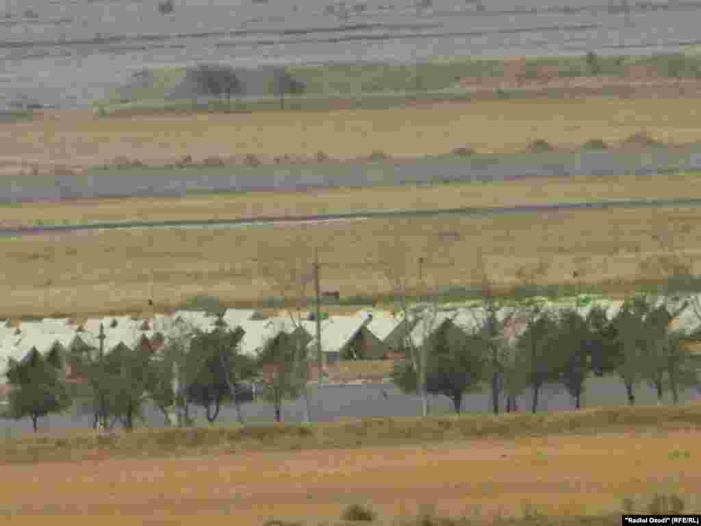 Хаймаҳои паноҳандагони афғон дар фурудгоҳи Кӯлоб