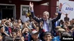 Йоханнес Хан, европейский комиссар по вопросам расширения ЕС, в лагере беженцев в Турции.
