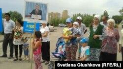 Жители Астаны с детьми протестуют против изъятия их земель. Астана, 28 июня 2014 года.