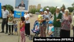 Жерлерін мемлекет қажетіне алуға қарсы тұрғындар. Астана, 28 маусым 2014 жыл.