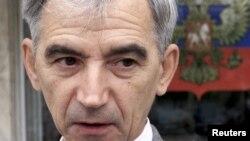 Физик ғалым Виктор Данилов Краснояр аймағының сотынан шығып келеді. Ресей, 14 қыркүйек 2004 жыл.