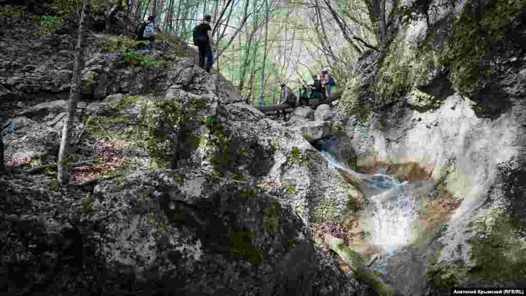 По маршруту приходится часто переходить по камням с одного берега реки на другой